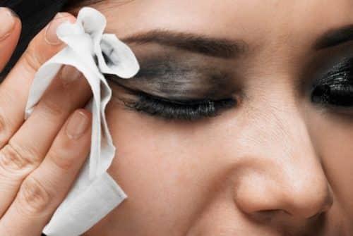Pourquoi nous devons arrêter d'enlever le maquillage avec du coton